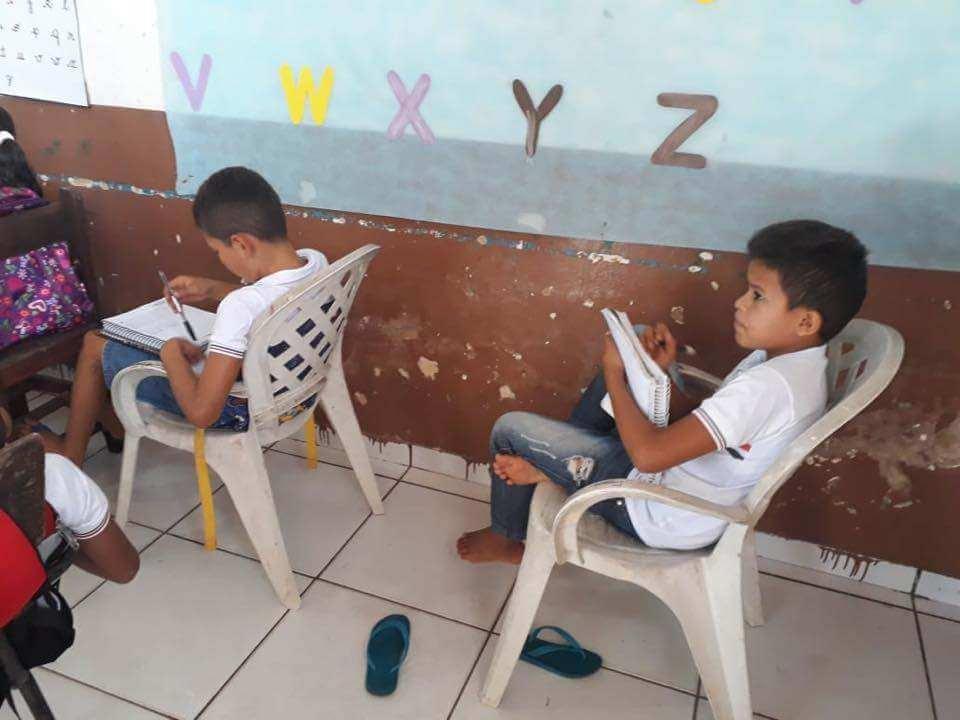 Alunos estudam de joelhos por falta de cadeiras em escola no Maranhão