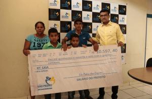 Doação de cheque para família carente